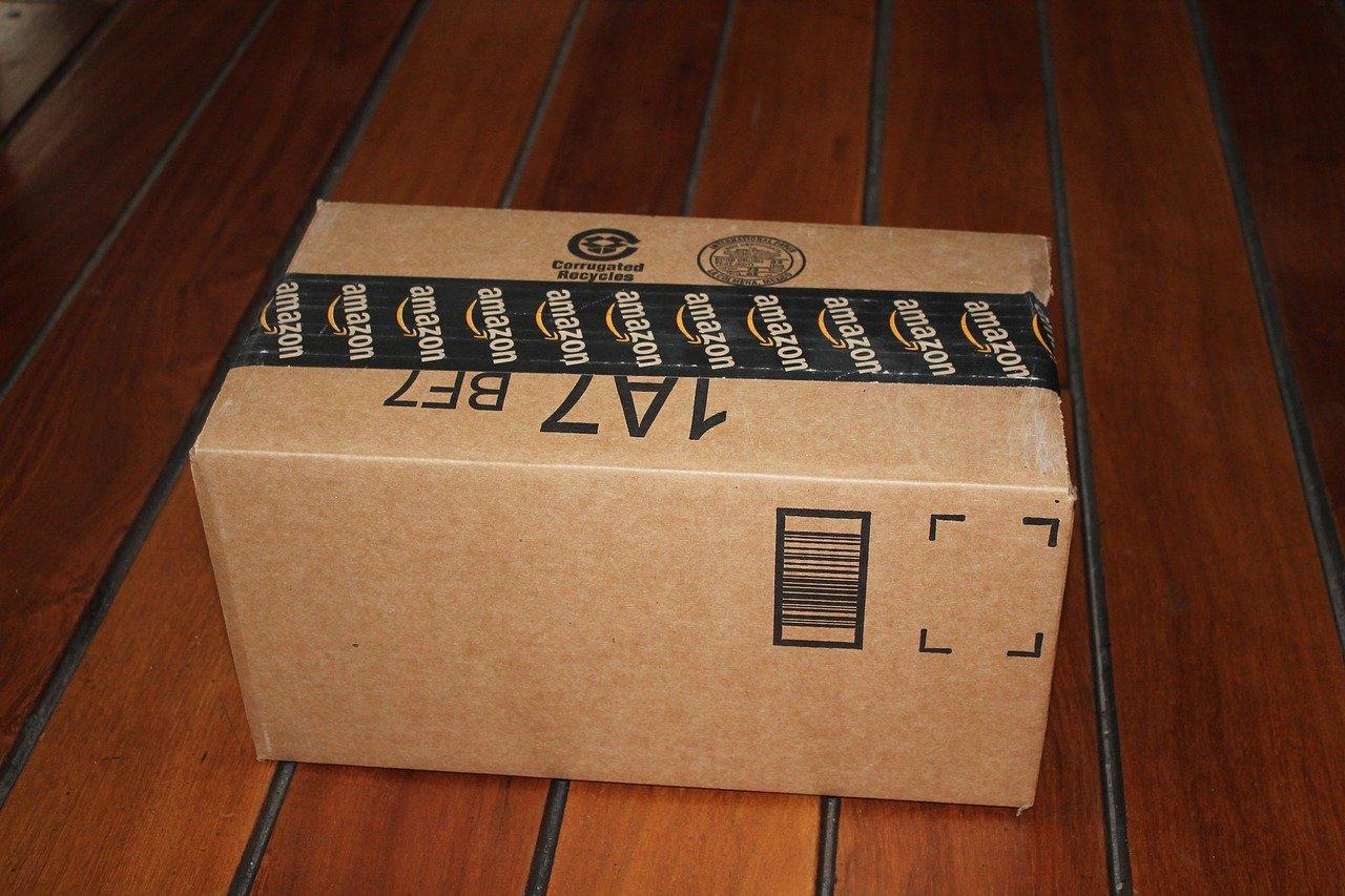 Mujer recibe paquetes de Amazon por error y dona contenido a hospitales