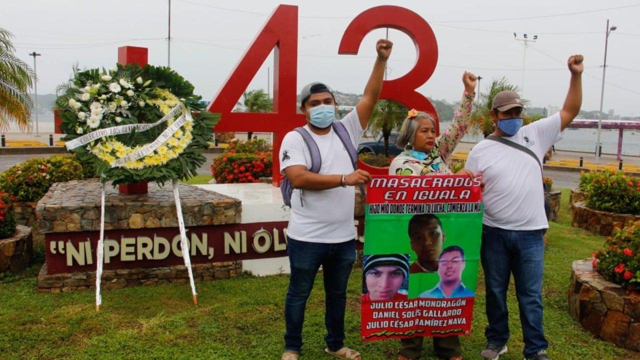 Normalistas de Ayotzinapa protestan y vandalizan Palacio de Justicia de Iguala
