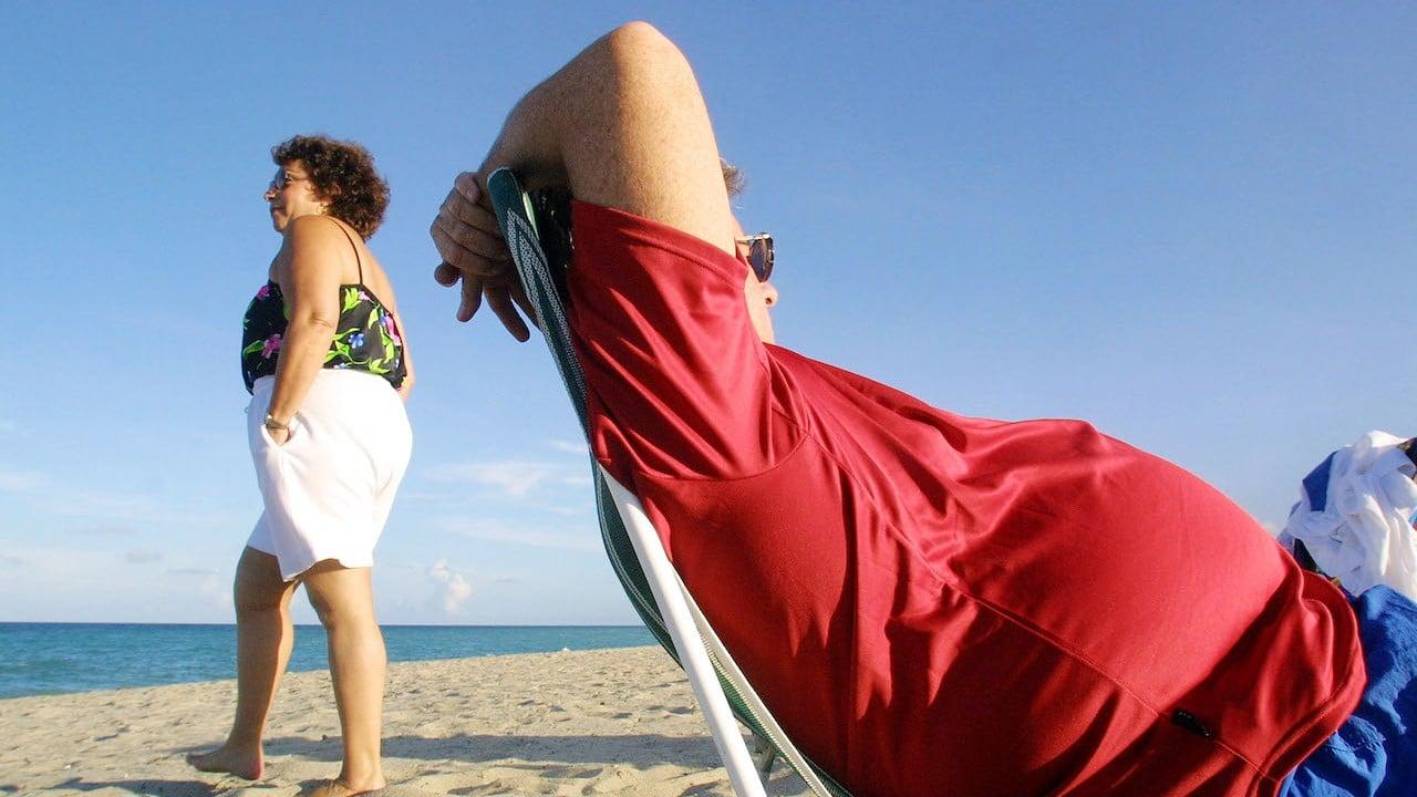 Personas en la playa con obesidad (Getty Images)