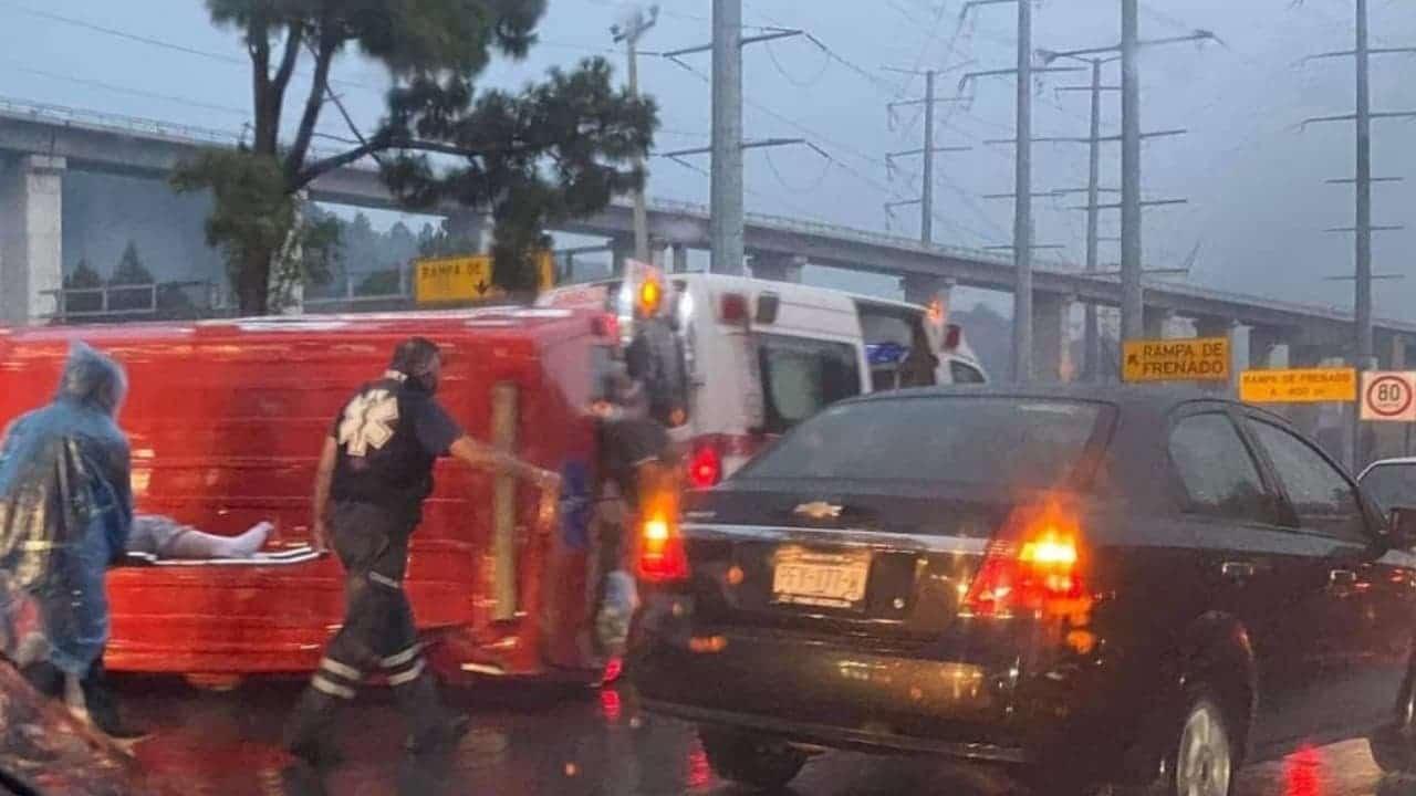 Pavimento mojado provoca volcadura de ambulancia en la México-Toluca
