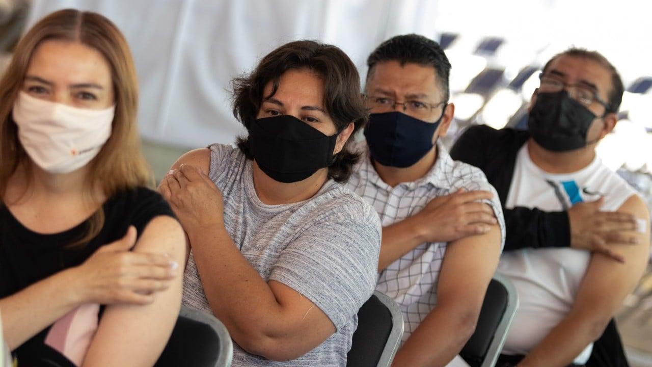 Personas son vacunadas en la Ciudad de México