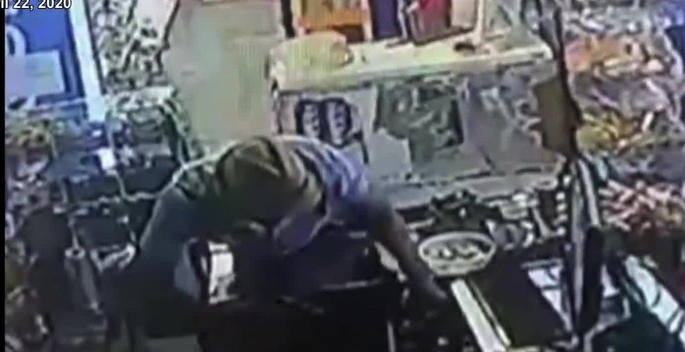 Cámaras de seguridad captan el momento de un robo a tienda abarrotes en Monterrey