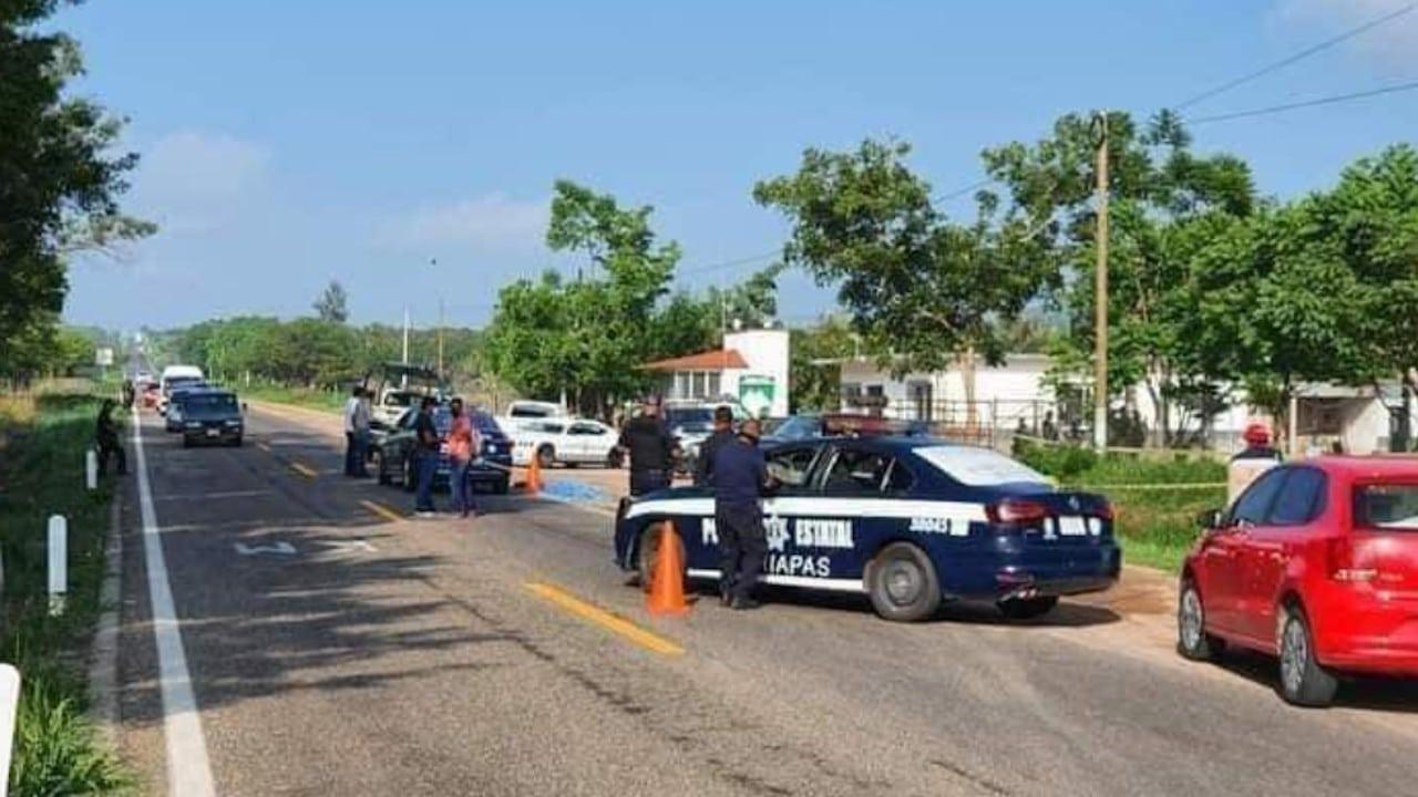 Autoridades acordonan zona de ataque a policías (Twitter: @LaRespuestaChis)
