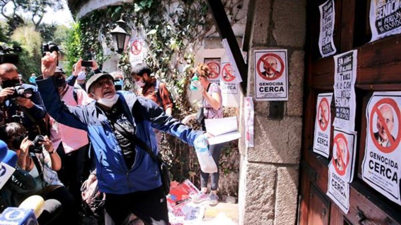 Protestan frente a la casa de Luis Echeverría