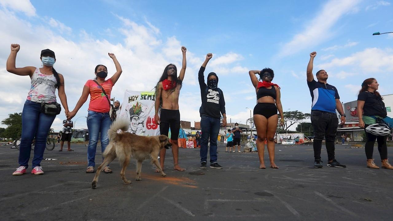 """Artistas realizan una presentación en """"Puerto Resistencia"""", punto donde se mantiene un bloqueo como protesta contra las políticas del presidente de Colombia"""