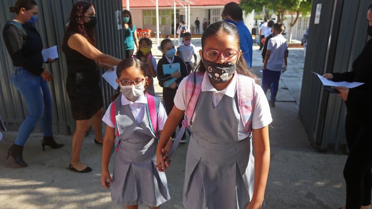 Niños de la Ciudad de México regresan a las aulas.