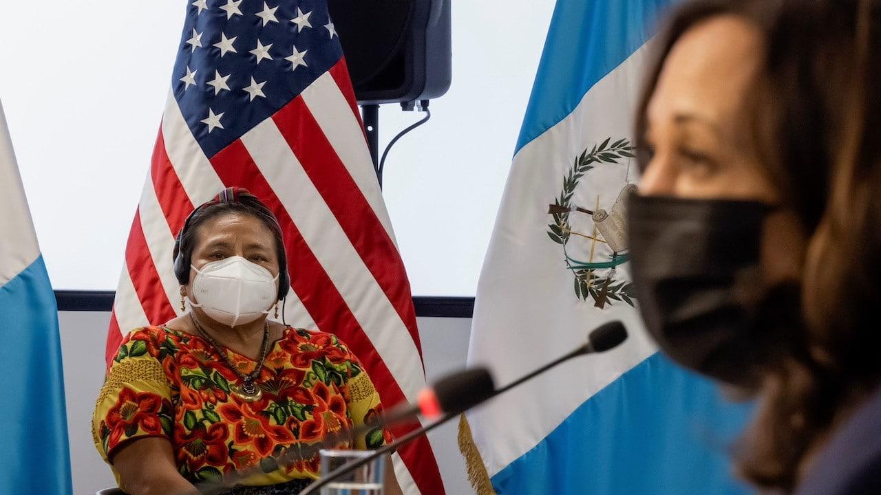 Kamala Harris se reúne con líderes de la comunidad guatemalteca. Destacó la presencia de Rigoberta Menchú (Reuters)