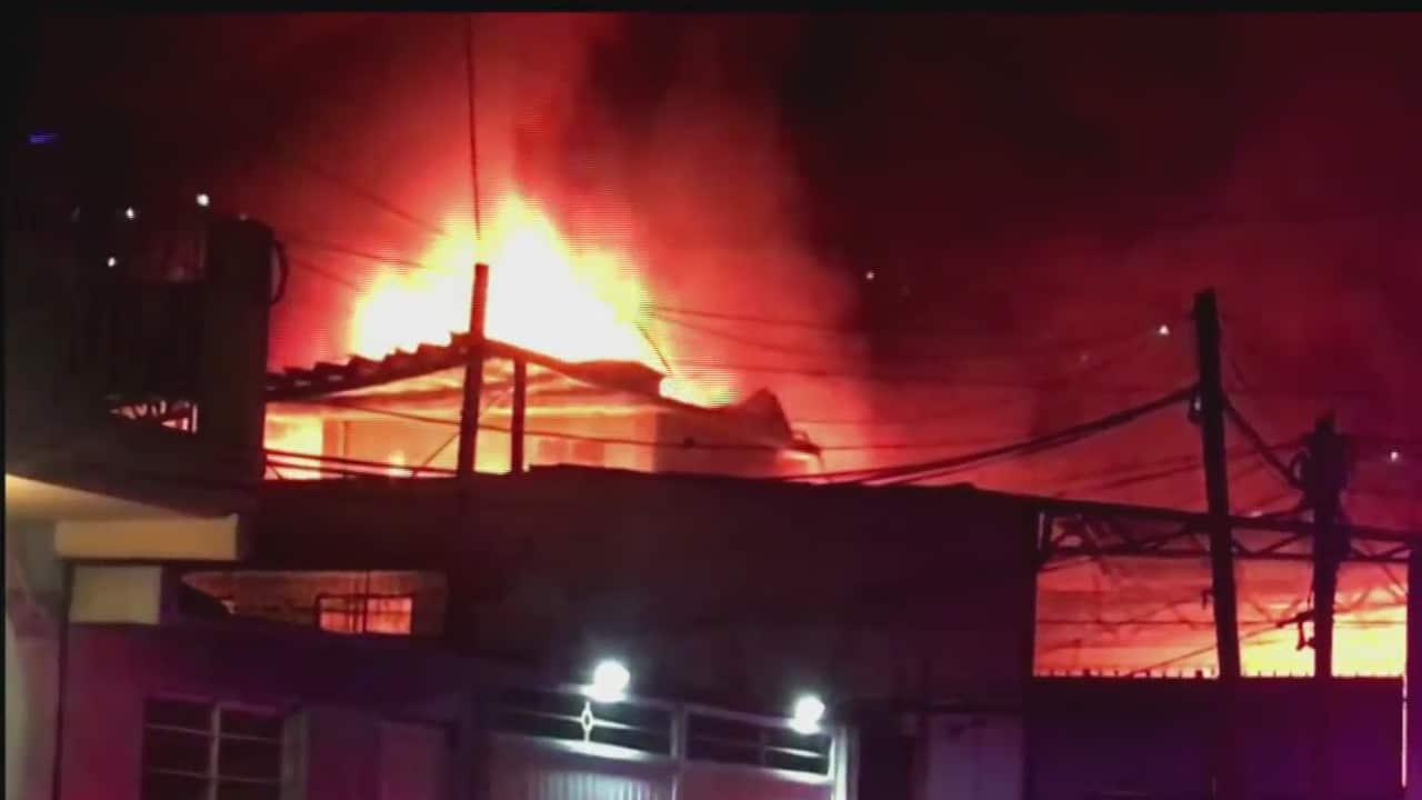 Se incendia fábrica de salas y colchones en Ecatepec, Estado de México