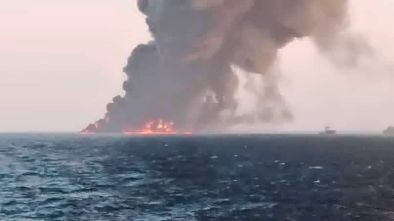 Se incendia y hunde un buque militar iraní en el golfo de Omán