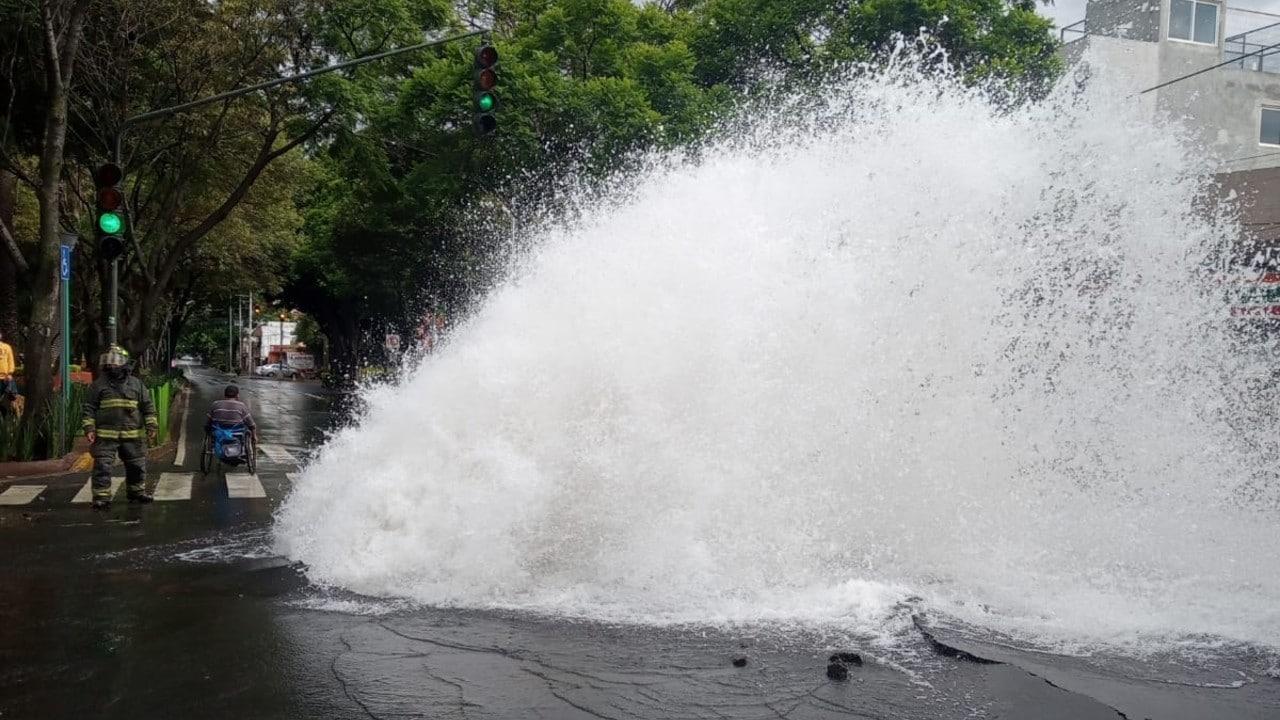 Se registra fuerte fuga de agua en Miramontes, Coyoacán; comienzan trabajos de reparación