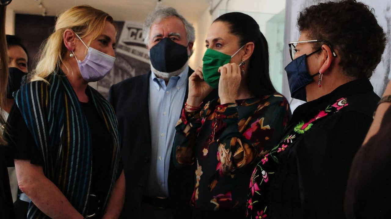 """Beatriz Gutiérrez Muller, Alejandro Encinas, Claudia Sheinbaum y Ernestina Godoy, durante la inauguración de la exposición sobre """"Halconazo"""" (Cuartoscuro)"""