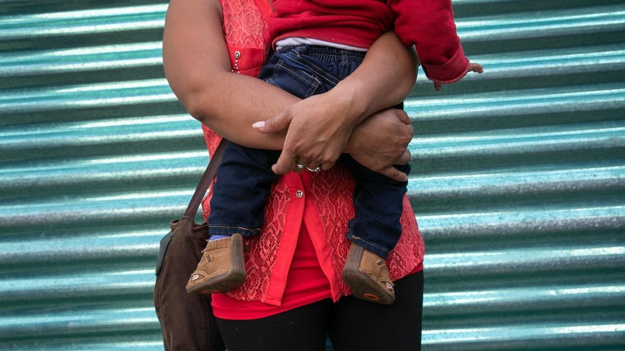 Una madre abraza a su hijo en Guatemala (Getty Images)