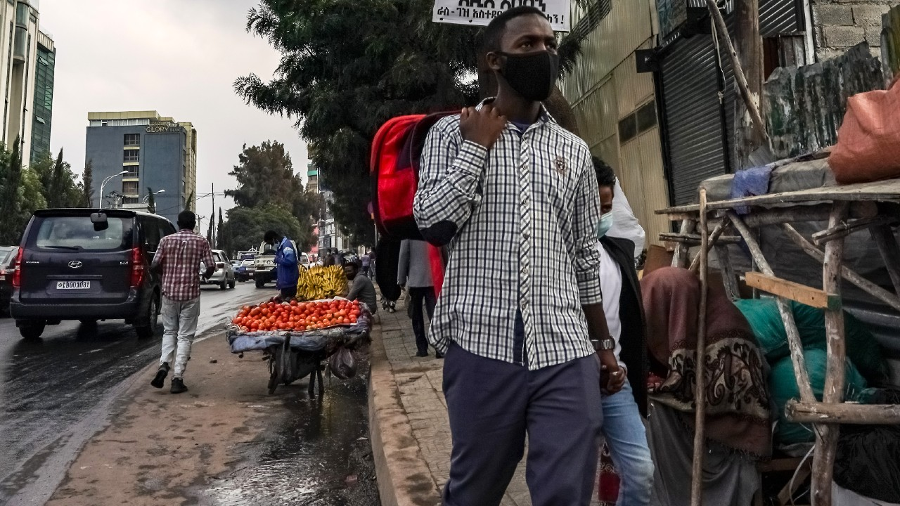 Sudáfrica vuelve a implementar restricciones ante aumento de casos COVID
