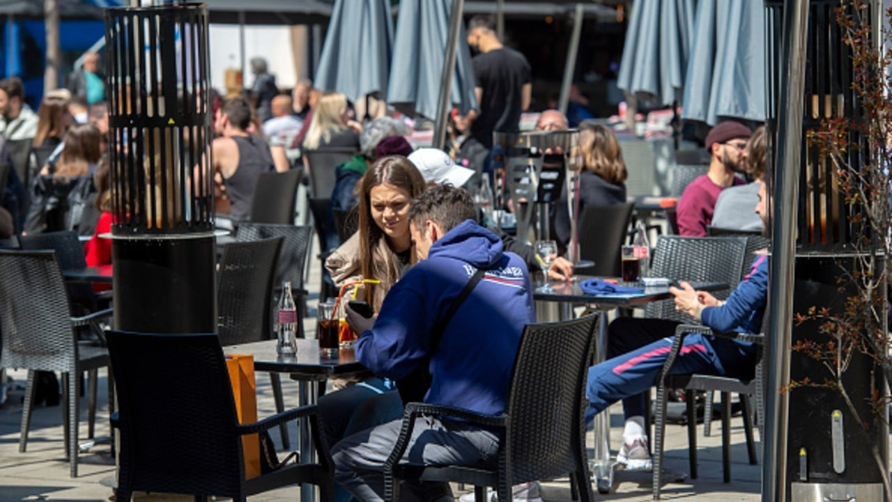 La gente se sienta afuera de un restaurante durante la pandemia de COVID-19 en Lausana, Suiza