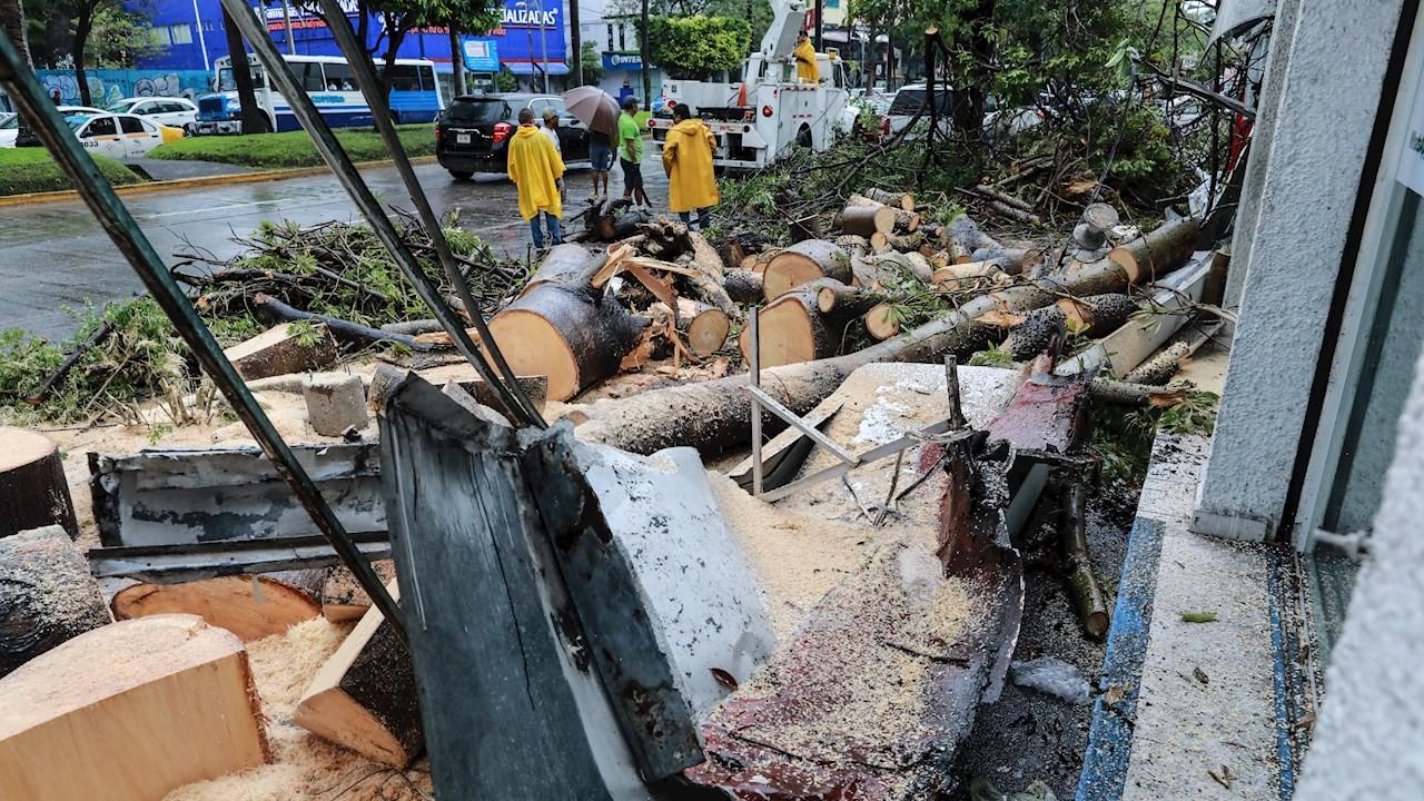 Bomberos trabajan para retirar los escombros que deja el paso de la tormenta tropical en Acapulco, Guerrero