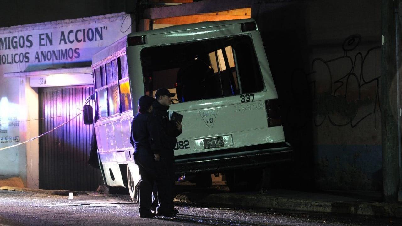 Tres personas son hospitalizadas tras chocar microbús contra casa en CDMX