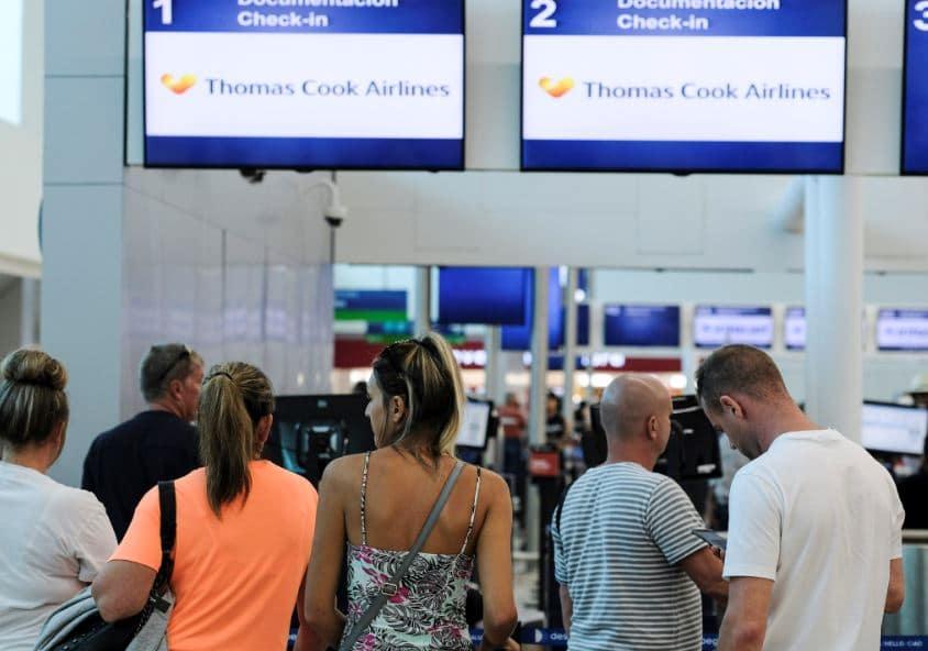 Viajeros en aeropuerto de Cancún