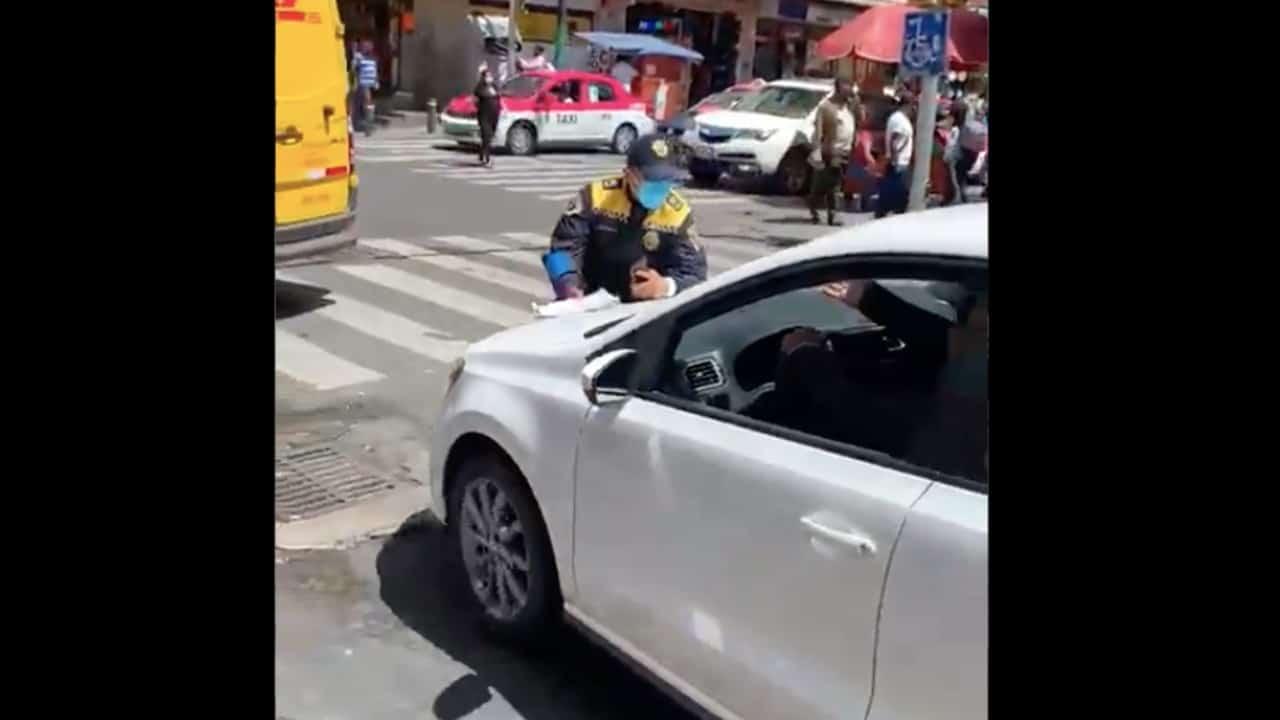VIDEO: Automovilista le avienta el coche a policía de tránsito para evitar multa