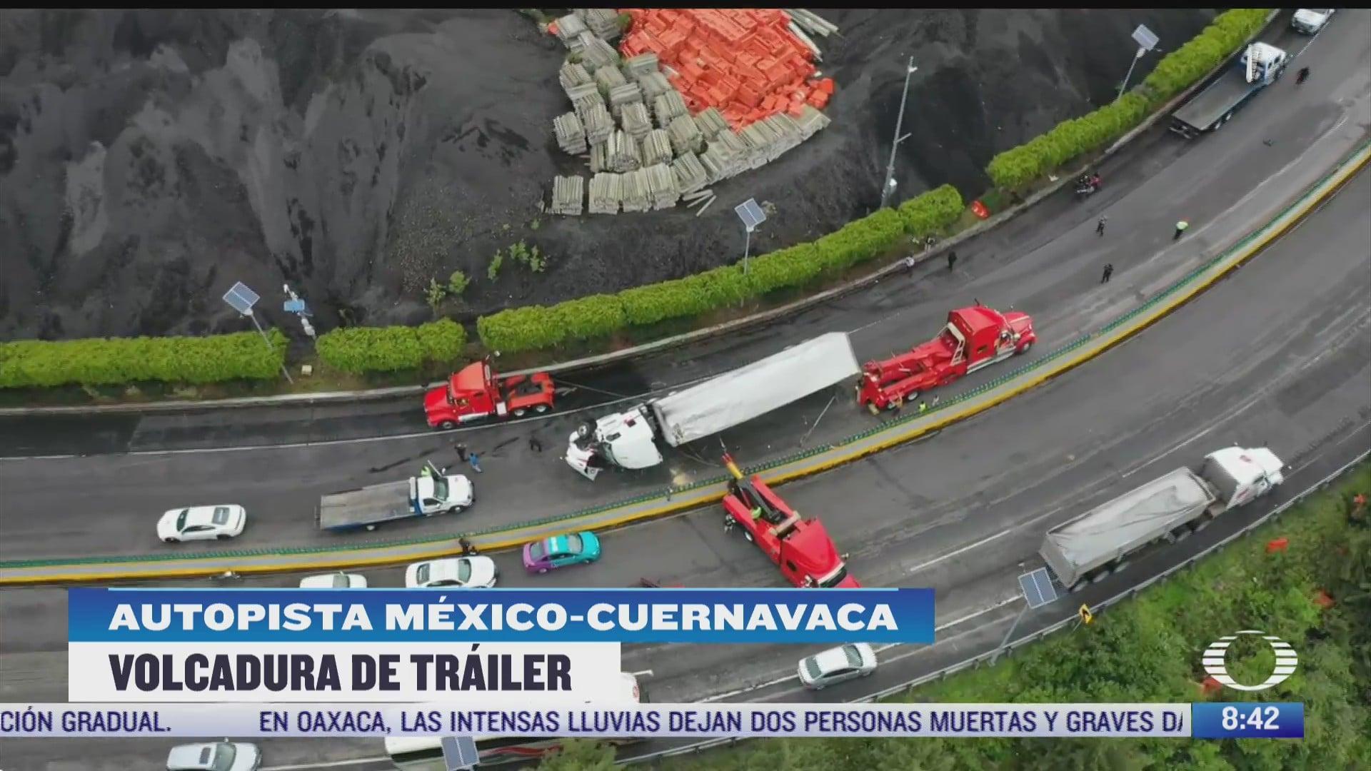 vuelca trailer que transportaba galletas en la autopista mexico cuernavaca
