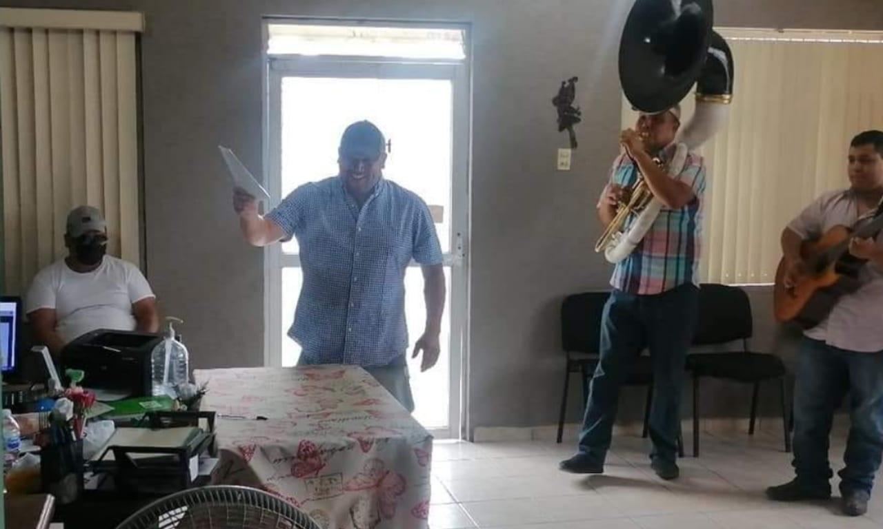 Celebra divorcio con música banda afuera del registro civil