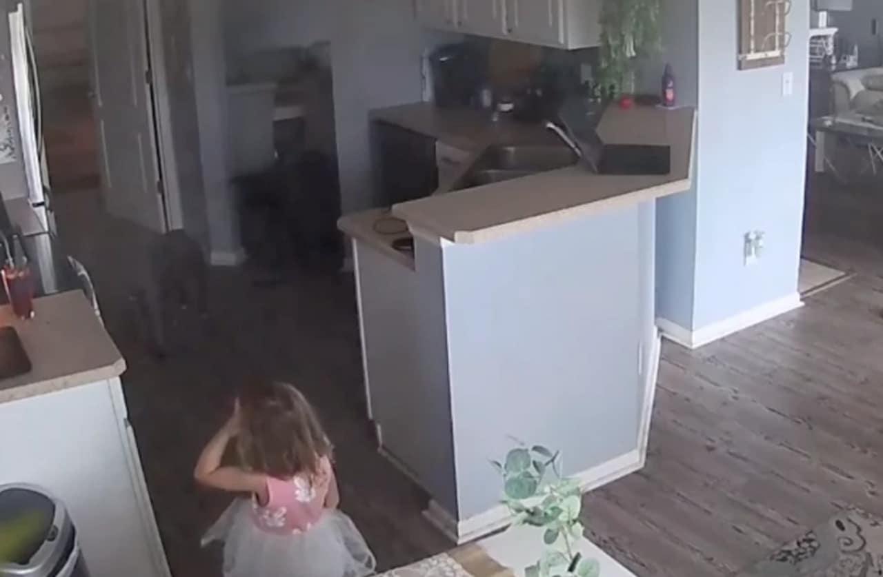 Una niña de 4 años salvó su casa de un incendio: Video