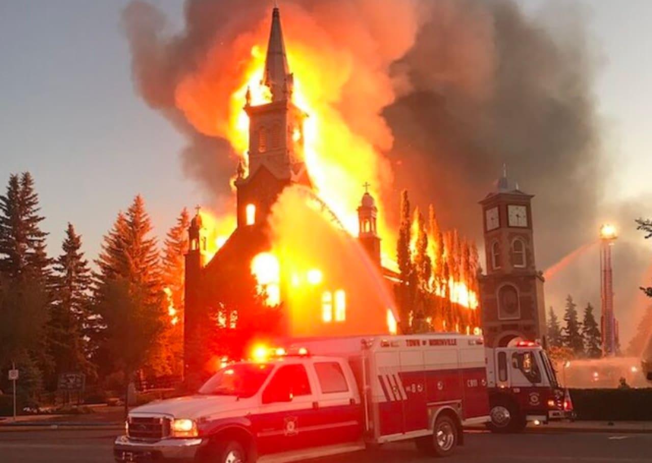 Queman iglesias en Canadá en protesta por niños indígenas