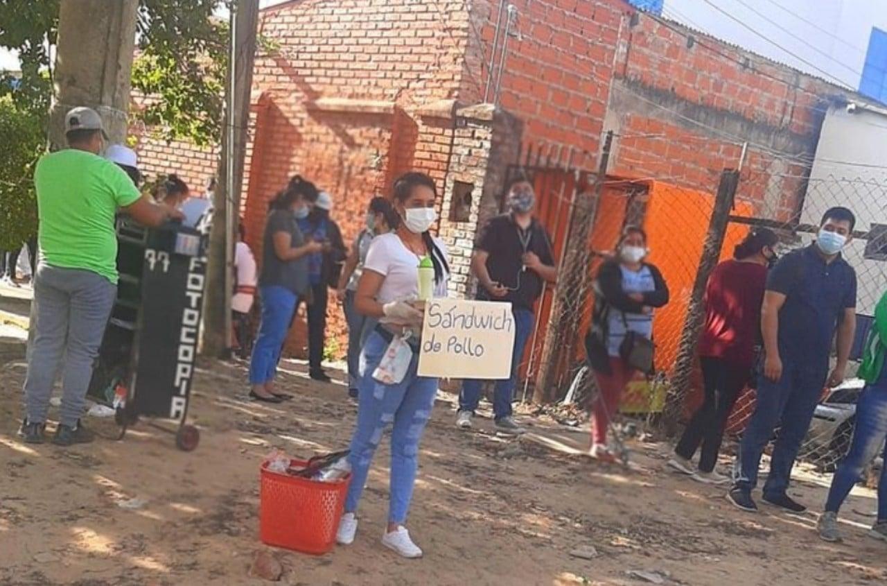 Reportera de Bolivia vende sándwiches en la calle
