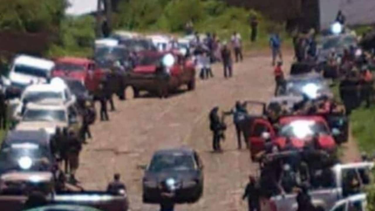 """A bordo de camionetas y fuertemente armados """"Pueblos Unidos"""" ingresaron a Pátzcuaro"""