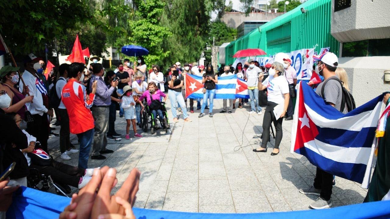 A favor y en contra, protestan frente a la embajada de Cuba en la CDMX