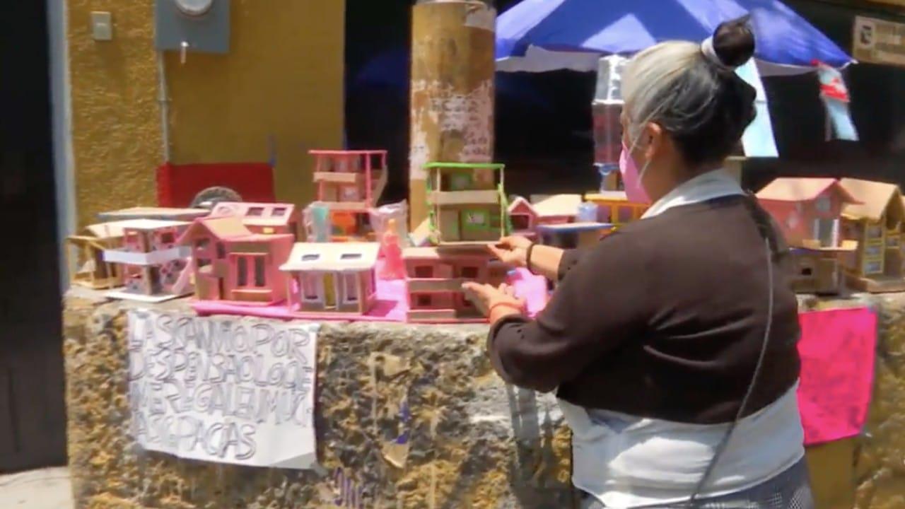 Abuelita narra que sus casitas de cartón a veces le dan para comer pastel y otras no
