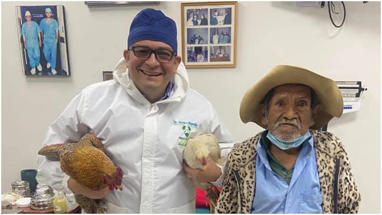 Abuelo en Bolivia paga operación de próstata con dos gallinas