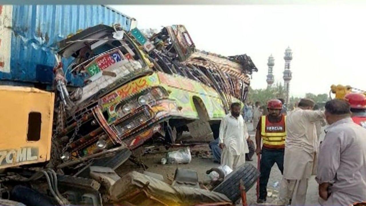 Accidente de autobús en Pakistán deja decenas de muertos y heridos