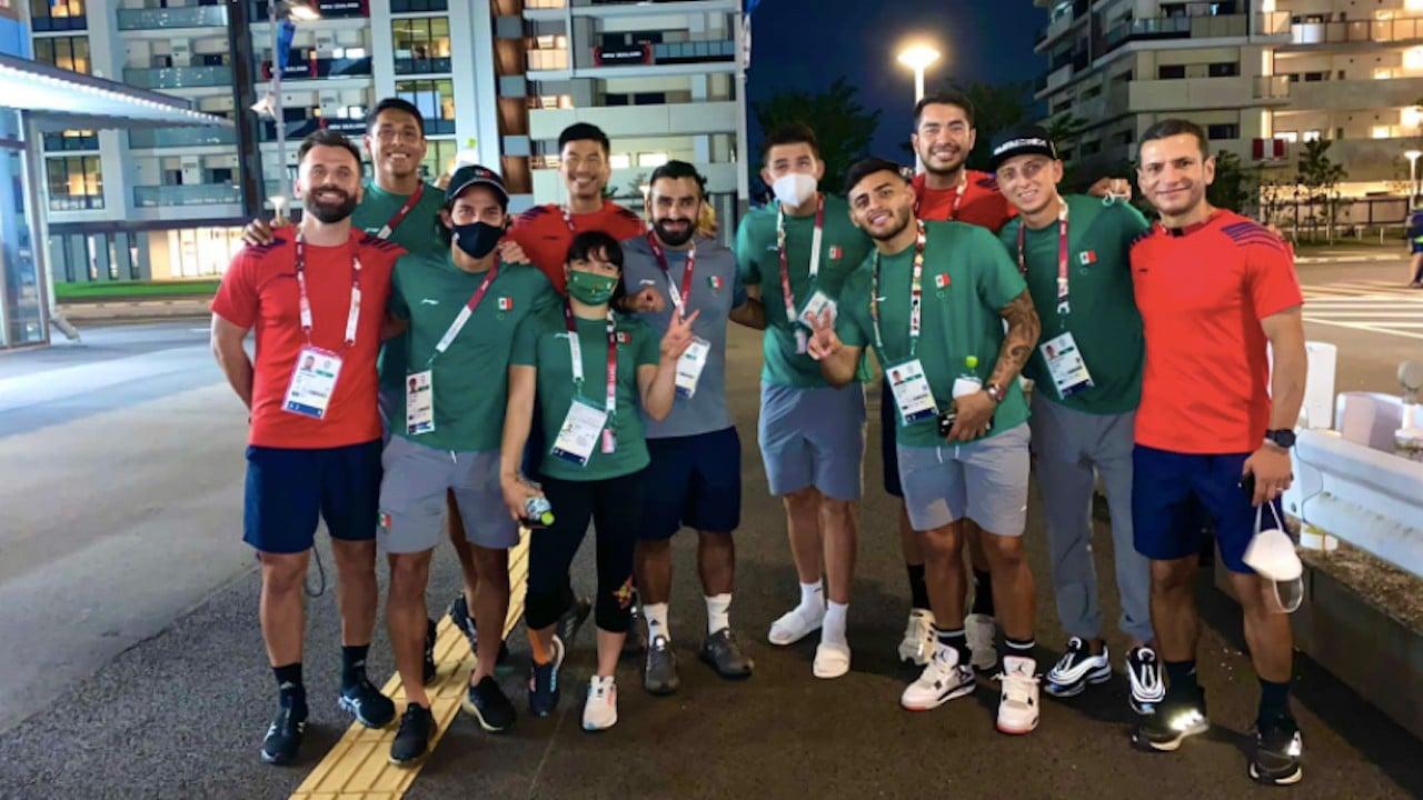Alexa Moreno se toma foto con jugadores de la Selección Mexicana