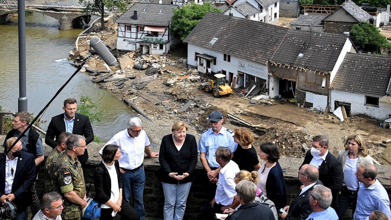 La canciller Angela Merkel recorre las zonas devastadas por las peores inundaciones en Alemania