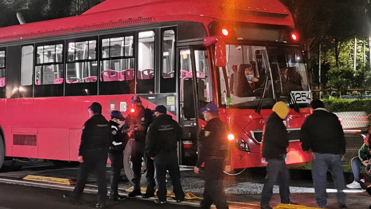 Un hombre murió atropellado por el Metrobús durante los primeros minutos de este sábado.