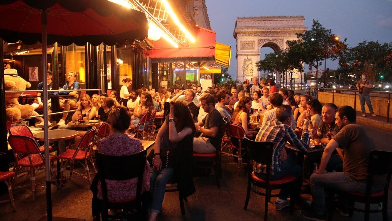 Bares de París reabren tras cierre de 16 meses por el COVID-19