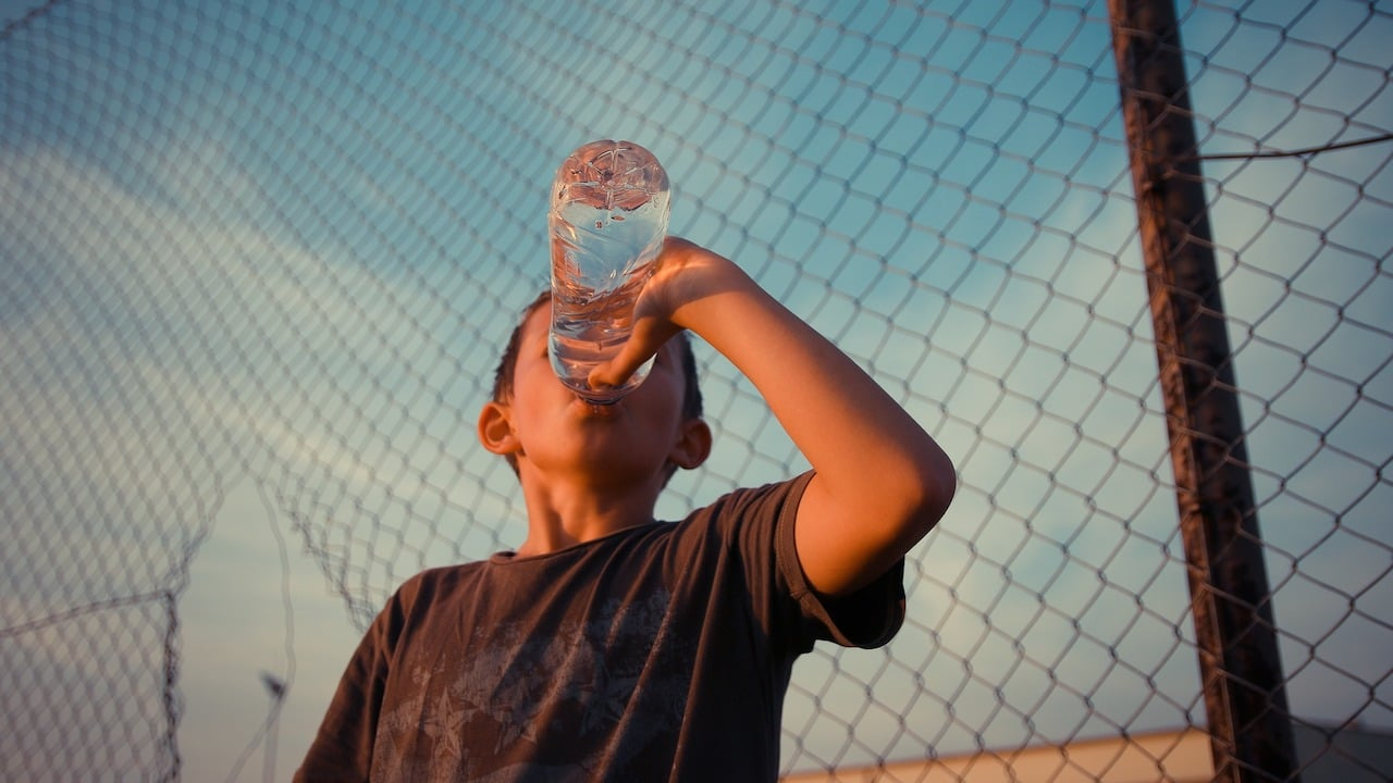 ¿Por qué es importante beber agua en los días de calor?