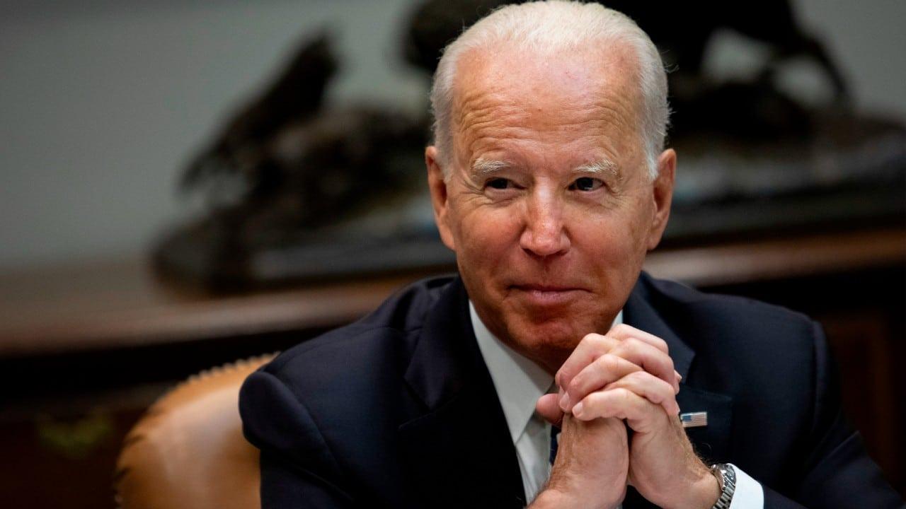 Biden estudia crear un 'teléfono rojo' con China