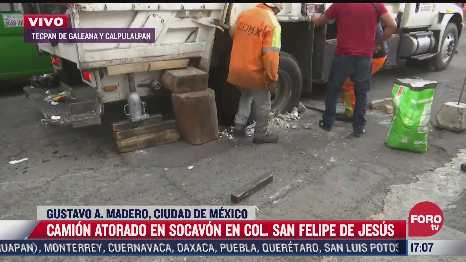 camion de basura cae a socavon en la cdmx