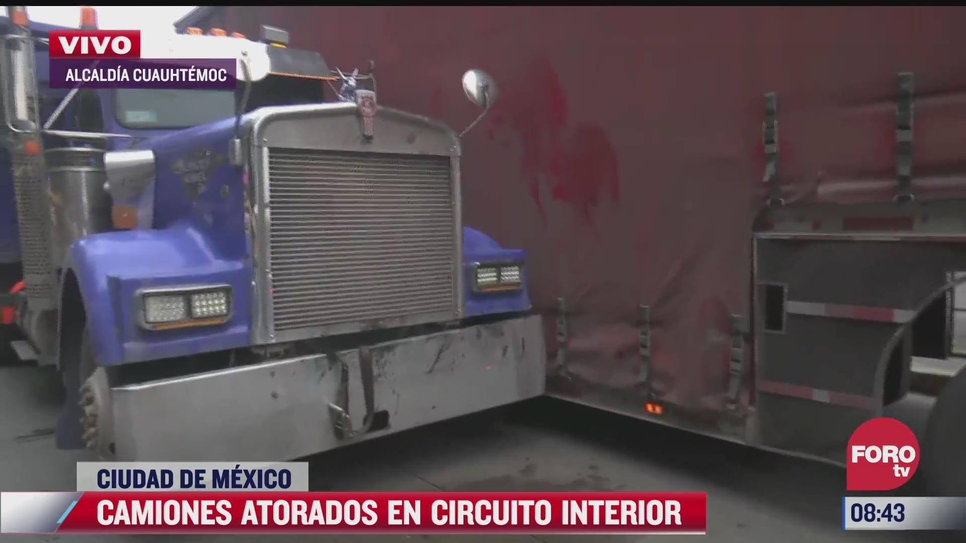 caos vial en circuito interior por dos camiones atorados
