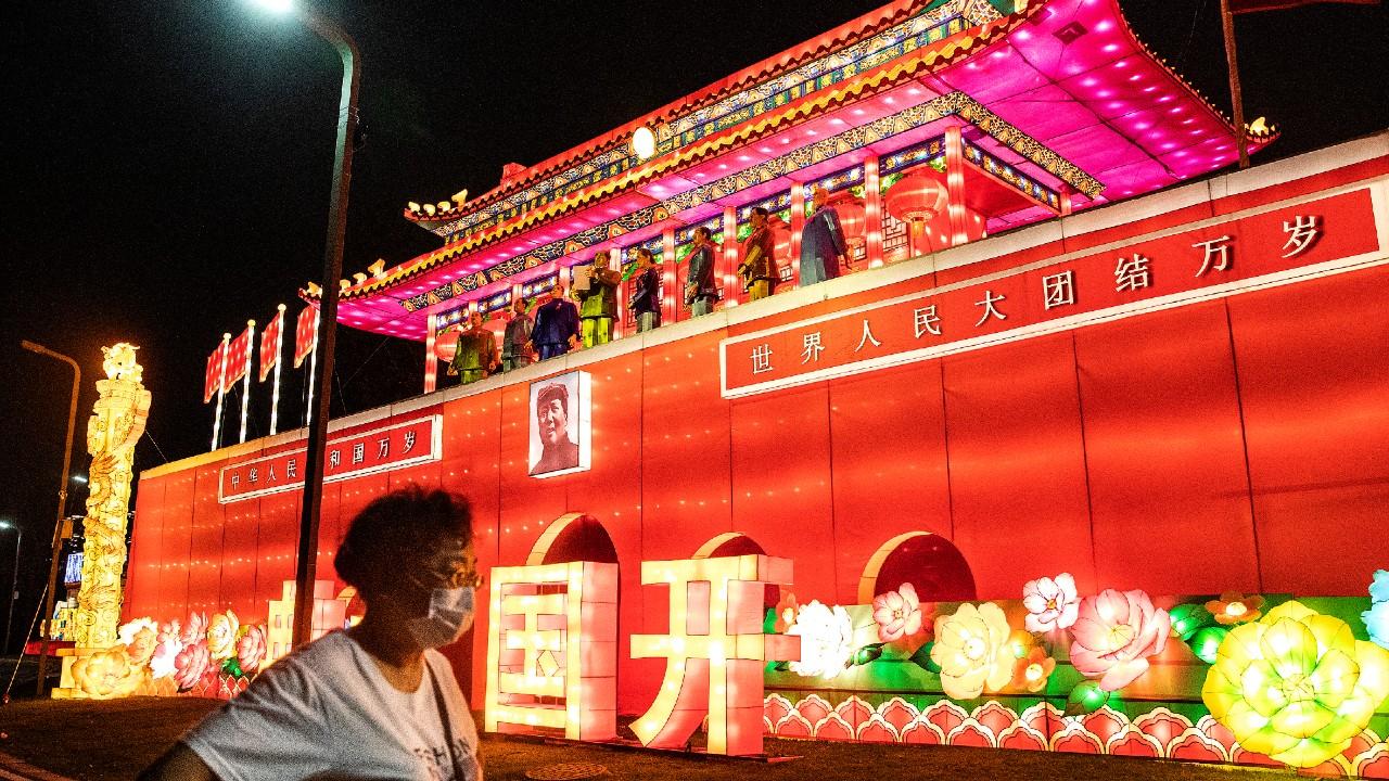 China prohibirá acceso a restaurantes, hospitales y oficinas a los no vacunados contra COVID-19