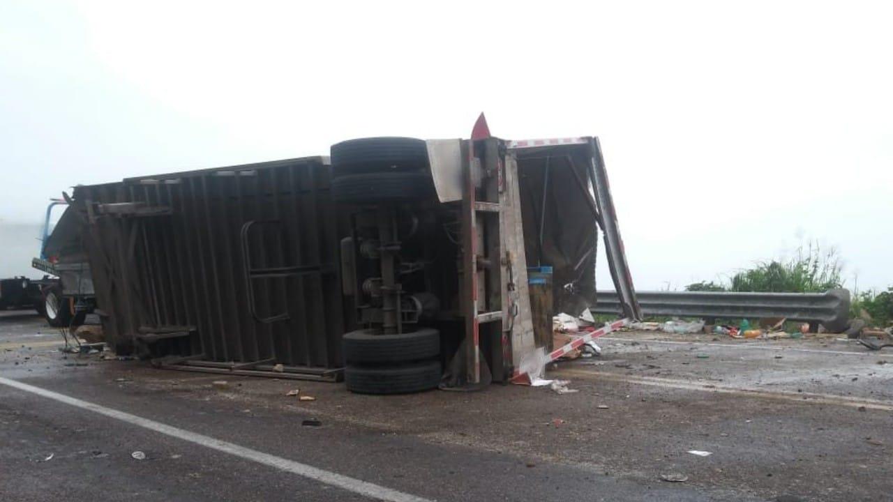 La Guardia Nacional cerró el tramo carretero durante 90 minutos para realizar el retiro de la unidad accidentada (Twitter: @GN_Carreteras)