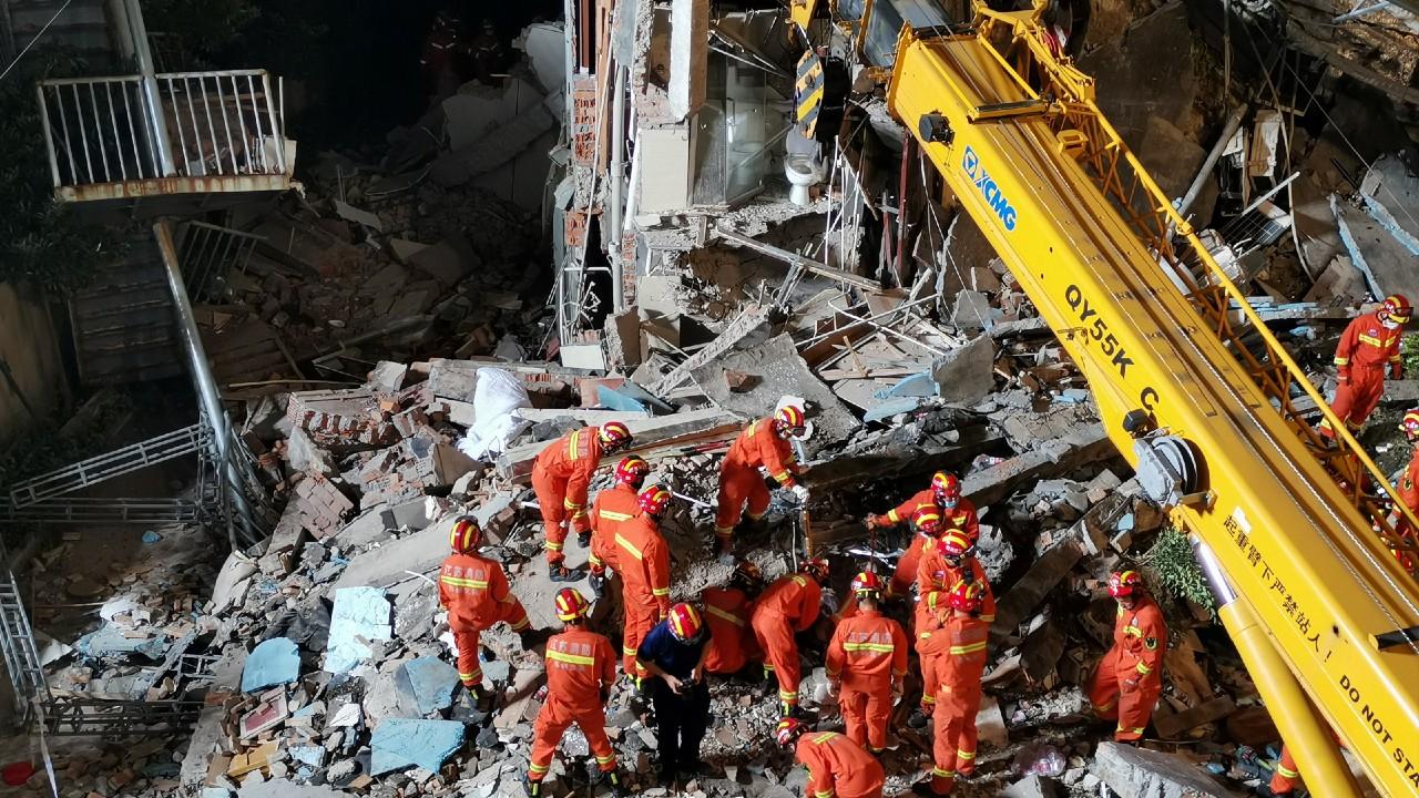 Colapsa hotel en China, reportan varios muertos y desaparecidos