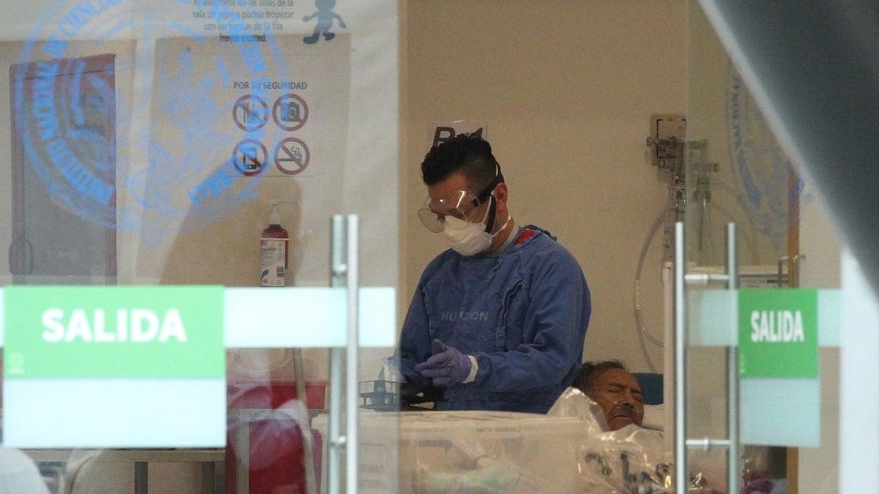 Un médico camina frente a paciente contagiado de coronavirus en área de urgencias en México (Cuartoscuro)