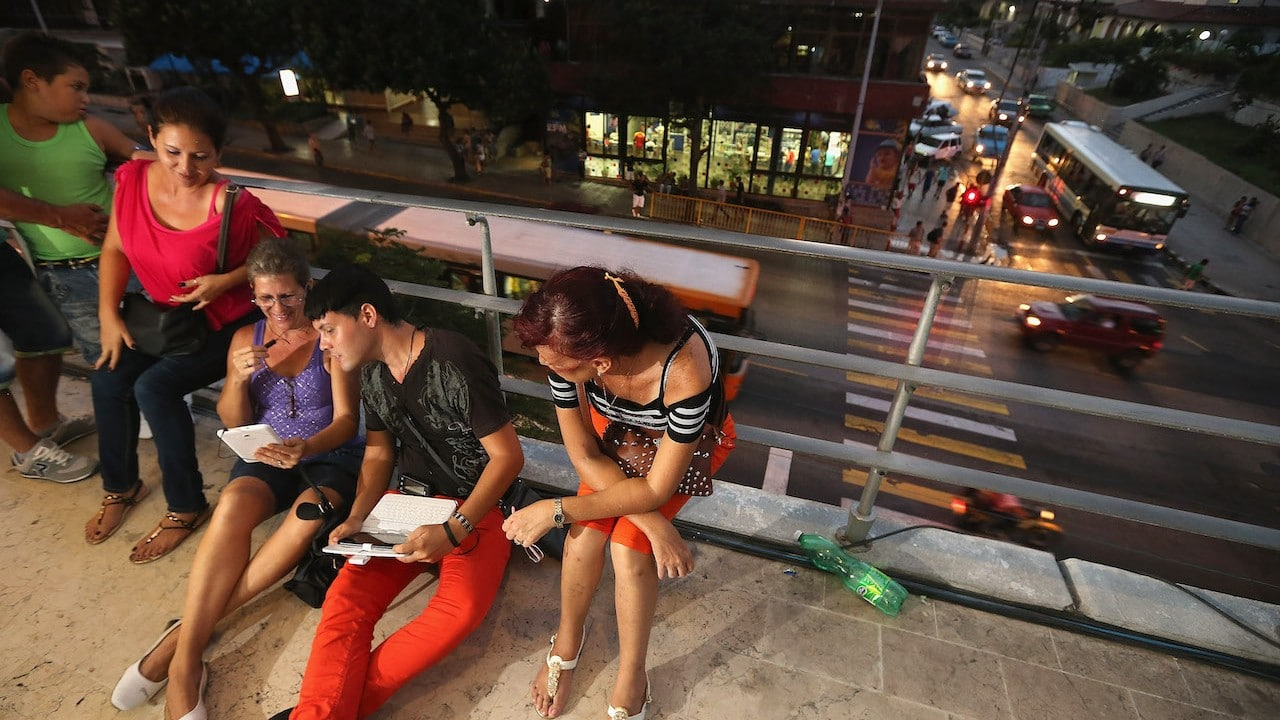 Familia cubana trata de usar un punto de acceso inalámbrico a Internet en La Habana, Cuba (Getty Images)