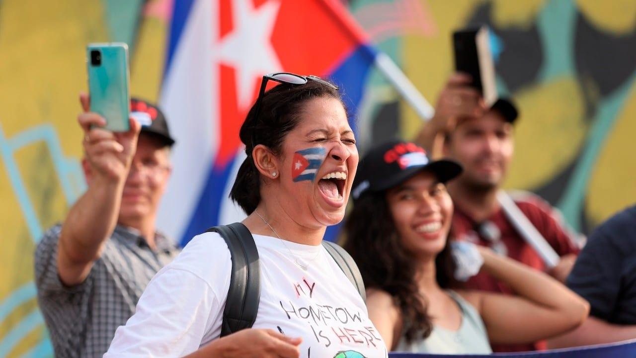 Un grupo de personas que residen en Polonia a favor de las protestas en Cuba (EFE)
