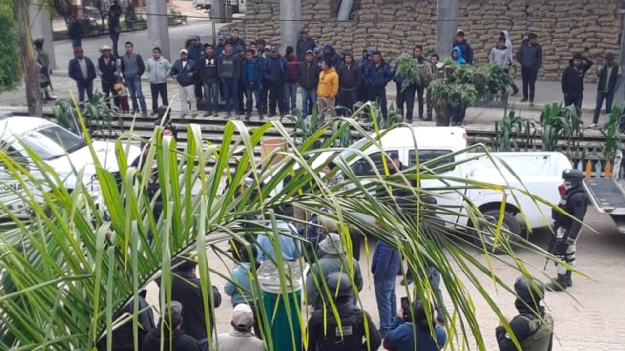 Elementos de seguridad son retenidos en Santiago Textitlán, Oaxaca, por pobladores