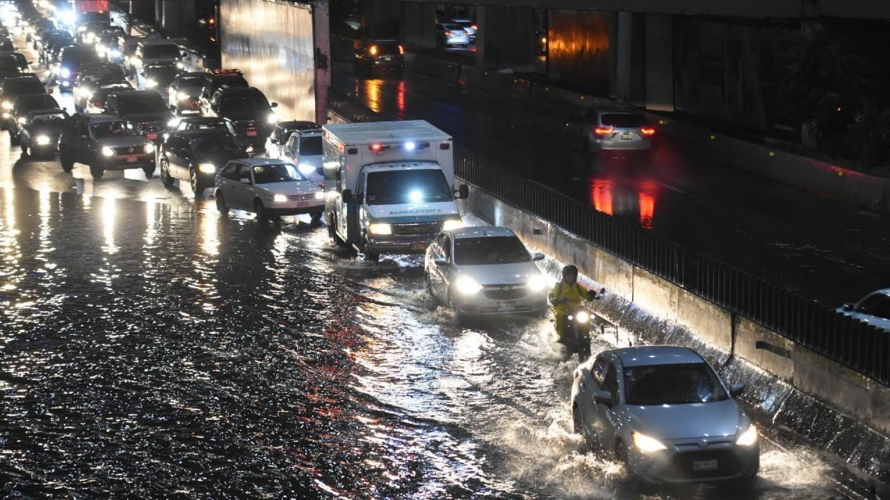 Lluvia hoy en Valle de México provoca encharcamientos