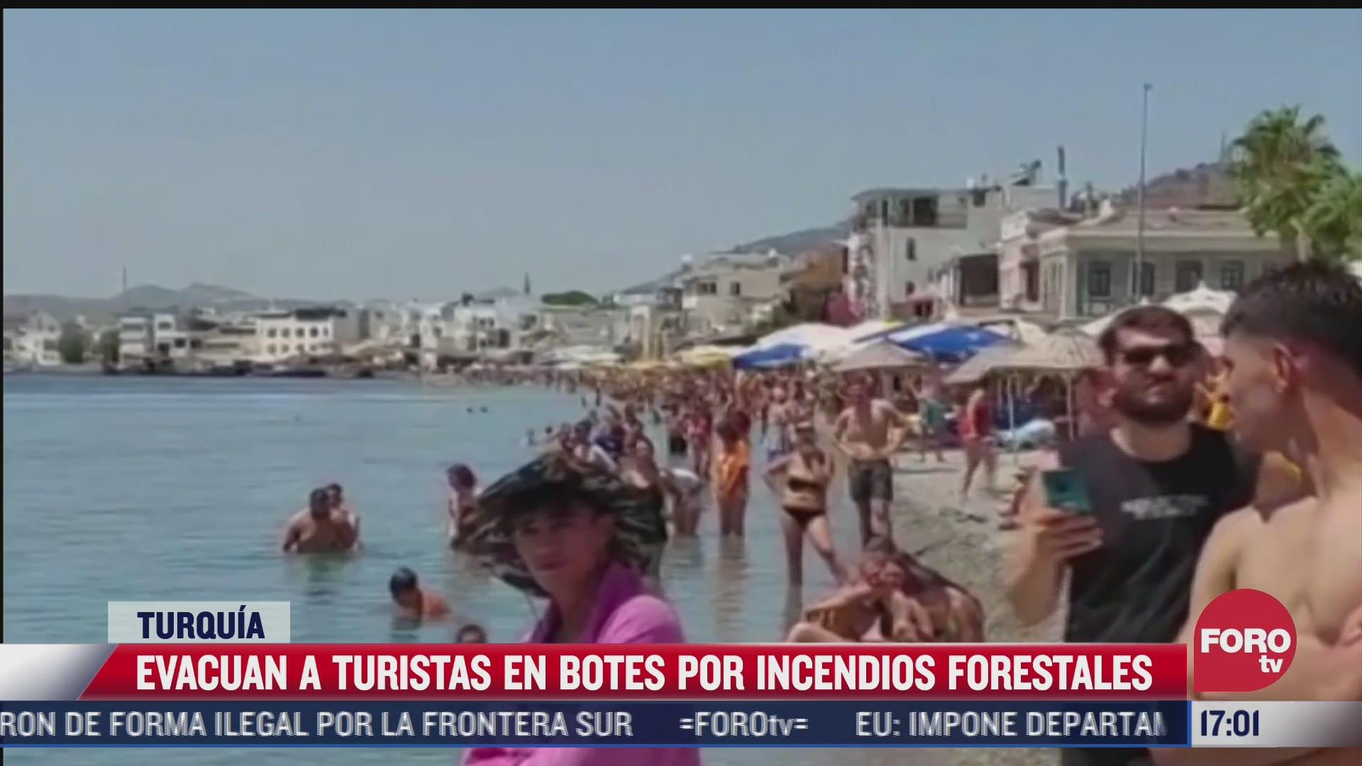 evacuan a turistas en botes por incendios forestales en turquia