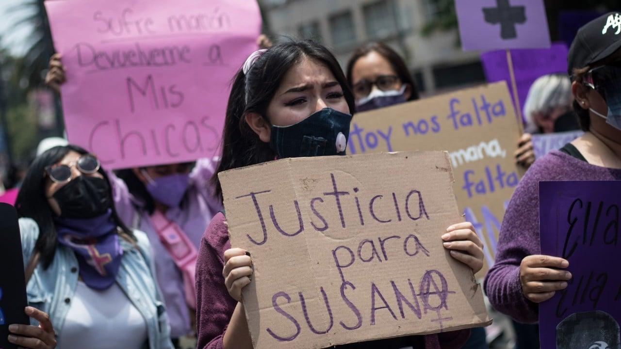 Feministas protestan en CDMX por feminicidio de maestra
